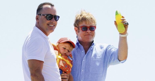 Elton John David Furnish y su hijo Zachary